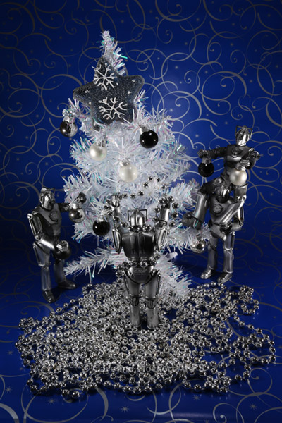 Cybermen Decorate Their Tree